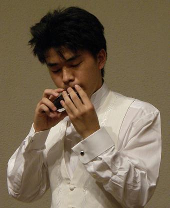 オカリナを吹く茨木智博さん