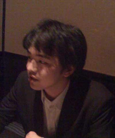 インタビュー中の茨木智博さん