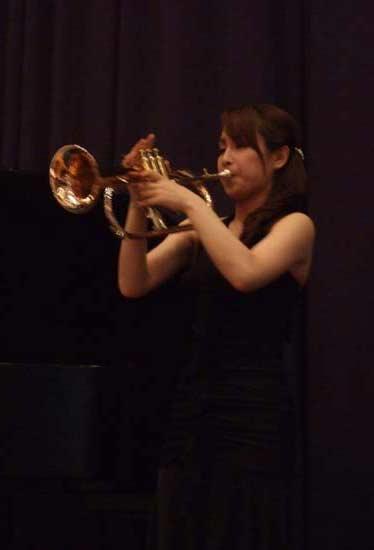 トランペット演奏中の舩橋郁美さん